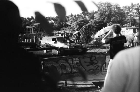 Mirco Bitterli a boneless na autě v Beastu. Fotil Nicolas Buechi