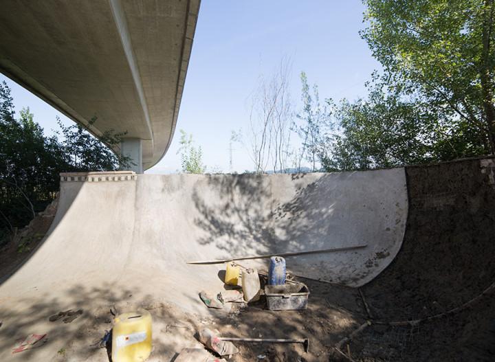 Ribnik spot: betonová svoboda pod mostem